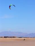 Уединённое kitesurfer Стоковые Изображения