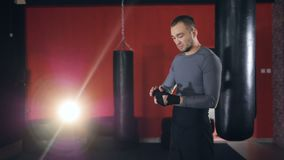 Уединённый боксер протягивает его голову во время оборачивать руки видеоматериал