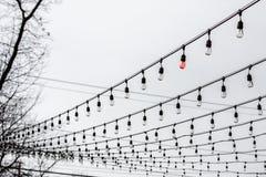Уединённый красный шарик в светах строки Стоковое фото RF