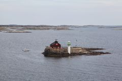 Уединённый маяк в шведских skerries стоковое фото