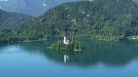 Уединённый остров при церковь окруженная озером кровоточил и Альпы, духовность видеоматериал