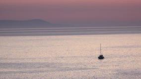 Уединённый парусник поставленный на якорь в среднеземноморском сток-видео