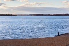 Уединённый рыболов на банке Рекы Волга около самары Стоковая Фотография RF