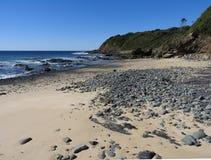 Уединённый скалистый пляж стоковые фотографии rf