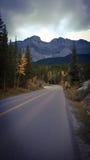 Уединённая дорога горы наблюдая шторм Стоковое Изображение RF