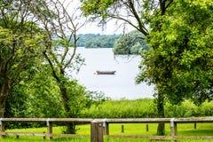 Уединённая шлюпка в окне дерева в озере парка лета Стоковое Фото