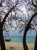 Уединённая шлюпка на удаленном острове стоковое изображение