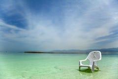 Легкий стул на мертвом море стоковая фотография