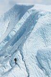 Уединённый альпинист смотря к верхней части ледника Стоковые Фотографии RF