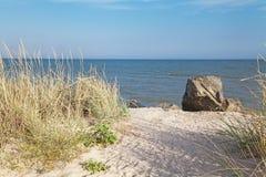 Уединённый валун на пляже Стоковое Изображение