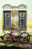 Уединённый велосипед перед распадать колониальное здание в кнопперсе, Шри-Ланке Стоковое Изображение RF