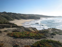 Уединённый пляж окруженный холмами и дюнами Стоковое фото RF