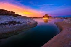 Уединённый пляж утеса на заходе солнца стоковые фотографии rf