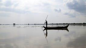 Уединённый рыболов на шлюпке стоковые фото