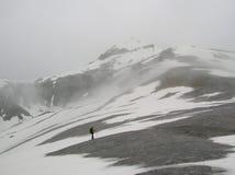 Уединённый hiker на горе зимы Стоковая Фотография