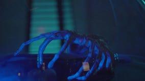 Ужасная странная рука с тонкими пальцами чужеземца под стеклянной предусматрива в лаборатории акции видеоматериалы