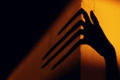 Ужасная тень абстрактная предпосылка Черная тень сильной руки на стене стоковое изображение