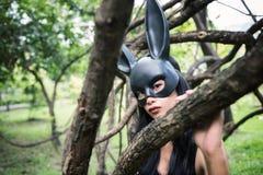Ужасните женщину с черным ухом платья и кролика Стоковые Изображения