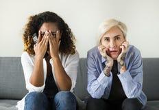 2 ужаснутых девушки на кресле Стоковая Фотография RF