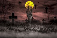 Ужас концепции хеллоуина, ночь с воскрешенными руками зомби хлопающ из ада с луной плавая в небо, стоковое изображение rf
