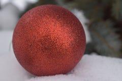 Уже не новый, но шарик такого же красивого Нового Года стоковая фотография rf