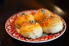 Узбекское национальное samsa блюда на плите Стоковая Фотография