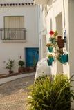 Узкая андалузская старая улица городка Стоковые Изображения