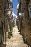 Узкая лестница булыжника в Дубровнике стоковое изображение
