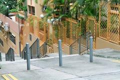 узкая идя улица с длинной лестницей на hk стоковое изображение rf