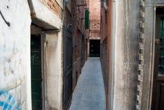Узкая историческая улица Венеции, Италии Стоковые Изображения