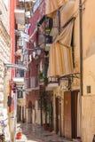 Узкая итальянская улица с балконами, одеждами засыхания и велосипедом Традиционная среднеземноморская архитектура Итальянский ори стоковое фото rf