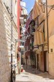 Узкая итальянская улица с балконами, одеждами засыхания и велосипедом Традиционная среднеземноморская архитектура Итальянский ори стоковое фото
