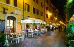 Узкая майна с малыми романтичными ресторанами в историческом районе Рима стоковые изображения rf