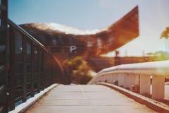 Узкая дорога к, огромная скульптура золотых рыб в Барселоне Стоковое фото RF