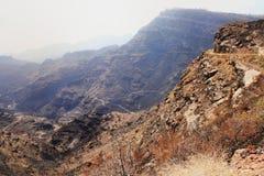 Узкая дорога скалой к Mogan в Канарских островах Стоковая Фотография RF