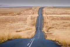 Узкая скручивая дорога в Drakensberg стоковое фото