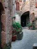 Узкая средневековая улица стоковое изображение