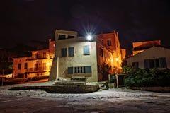 Узкая старая улица на ноче в St Tropez, Франции стоковое фото