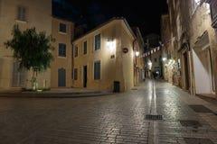Узкая старая улица на ноче в St Tropez, Франции стоковое изображение