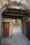Узкая старая улица, город Ventimiglia, Италии Стоковые Изображения RF