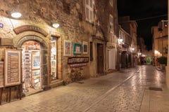 Узкая старая улица на ноче в St Tropez, Франции стоковые фото
