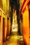 Узкая улица в Венеции, Италии стоковое изображение