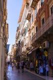 Узкая улица в городке Корфу на греческом острове Корфу Стоковое Изображение