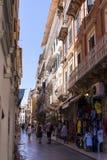 Узкая улица в городке Корфу на греческом острове Корфу Стоковое фото RF