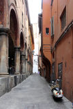 Узкая улица в Bologna, Италии Стоковая Фотография RF
