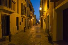Узкая улица в Palma de Mallorca на ноче Стоковое Изображение RF