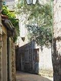 Узкая улица древнего города на солнечный день Budva, Черногори Традиционный взгляд старого европейского города с дорогой булыжник стоковые изображения