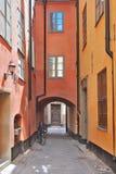 Узкая улица старого Стокгольма Стоковые Фотографии RF