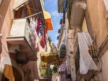 Узкая улица с смертной казнью через повешение одевает на балконах на юге  Италии, Бари Прачечная засыхания на балконе Итальянская стоковое изображение rf