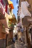 Узкая улица с смертной казнью через повешение одевает на балконах на юге  Италии, Бари Прачечная засыхания на балконе Итальянская стоковое фото